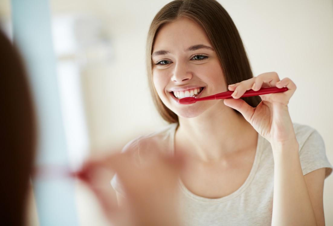 افضل طريقه لتنظيف الاسنان وتبييضها
